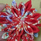 つまみ細工のブローチ 美濃菊(赤花柄)