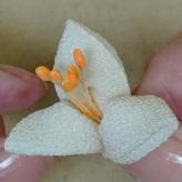 つまみ細工のブローチキット 百合とミニ薔薇